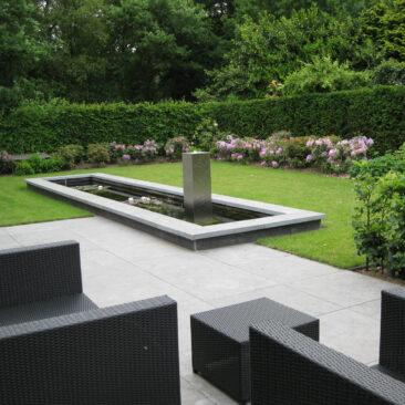 Moderne tuin bij villa in Malden